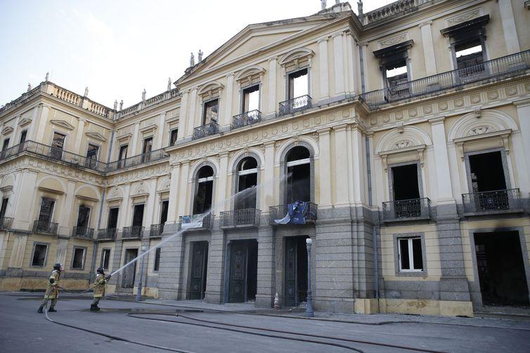 Bombeiros apagam pontos de fogo no Museu Nacional após incêndio. Crédito: Tomaz Silva/Agência Brasil