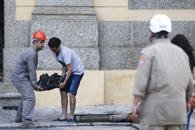 Pesquisadores e funcionários retiram peças dos escombros do Museu Nacional após incêndio. Crédito: Tomaz Silva/Agência Brasil