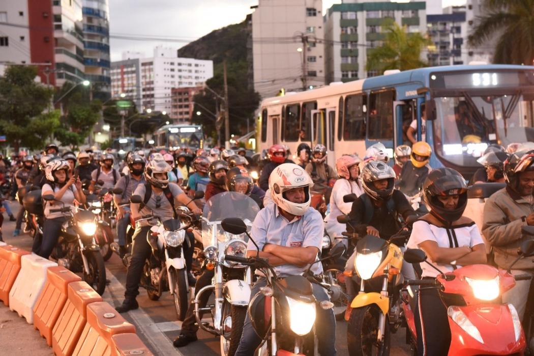 Motoristas enquanto aguardavam a liberação da Terceira Ponte. Crédito: Vitor Jubini