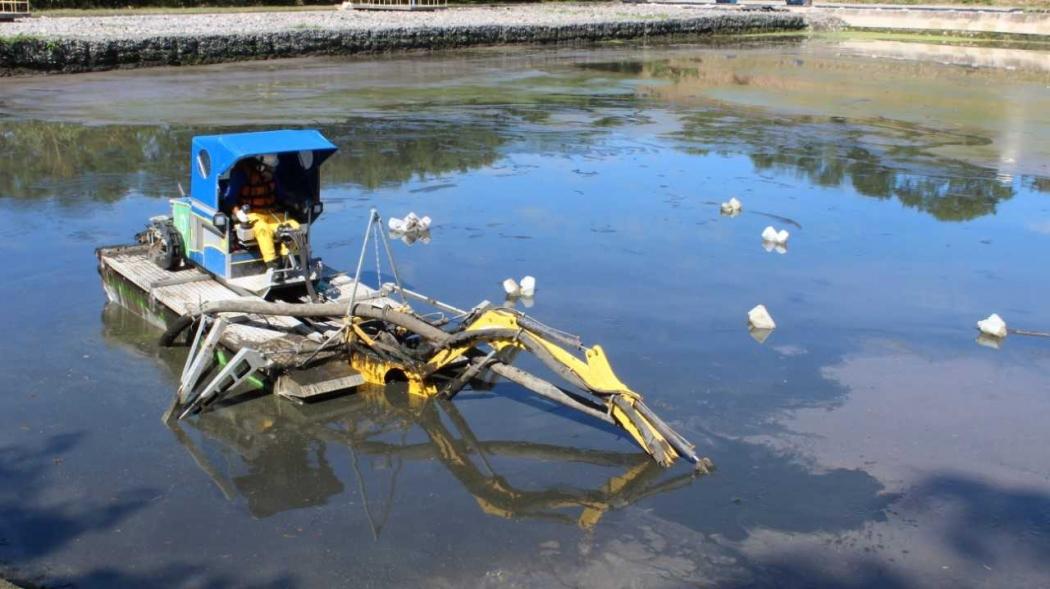 Robô anfíbio limpa a lagoa da estação de tratamento de esgoto  de Jacaraípe, na Serra: em todas as estações, o trabalho de limpeza é realizado, em  média, a cada  20 dias. Crédito: Divulgação