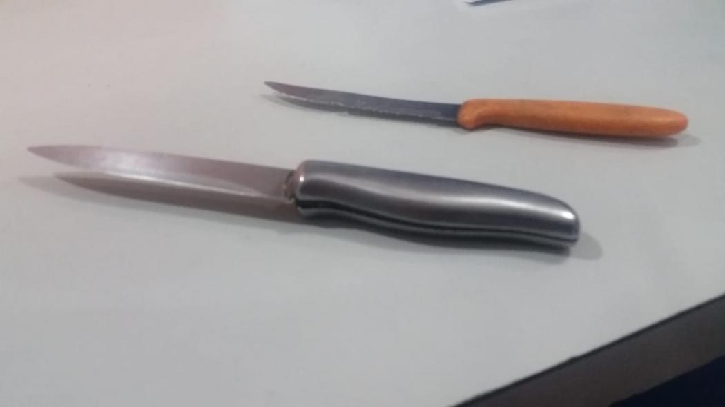 As duas facas foram encontradas com o sujeito, que foi encaminhado para a Delegacia Regional de Vitória. Crédito: Glacieri Carrareto