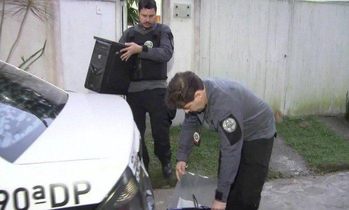 Policiais civis apreenderam computadores em casa de suspeitos. Crédito: Reprodução TV Globo