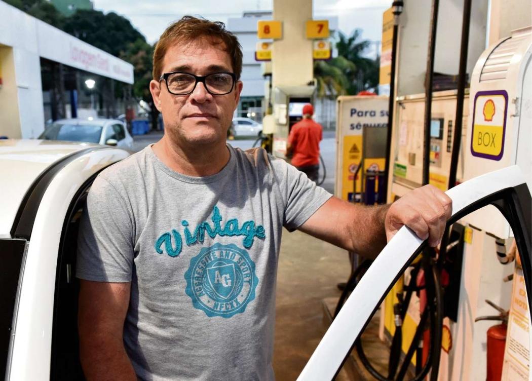 O servidor público Sidney dos Reis sentiu no bolso o aumento da gasolina. Crédito: Fernando Madeira