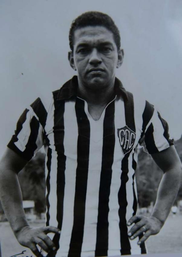 Antes da bola rolar, Mané Garrincha posou com a camisa do Comercial. Crédito: Reprodução