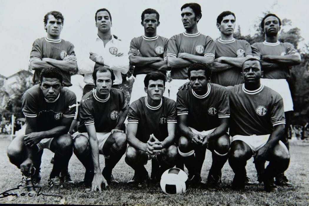 Mané Garrincha jogou pelo Alegrense. Ele é o primeiro abaixado do lado esquerdo. Crédito: Reprodução