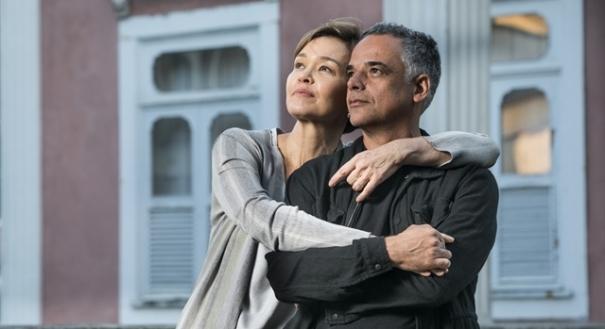 25/09/2018 - Espelho da Vida: Ana (Julia Lemmertz) e Flávio (Ângelo Antônio) são pais de Cris (Vitória Strada)