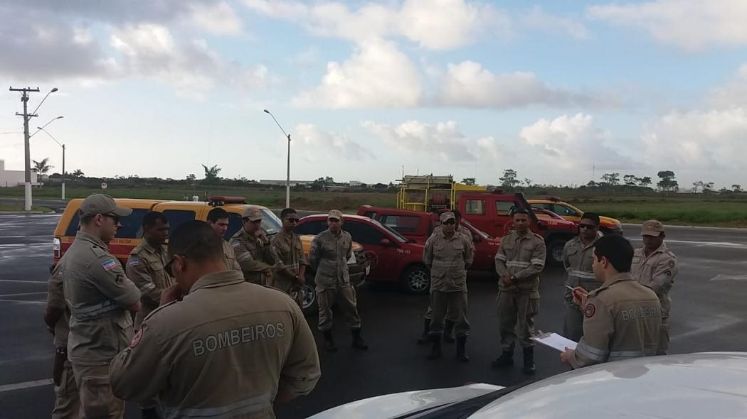 Equipe do Corpo de Bombeiros em reunião antes de seguir para buscas na Lagoa Juparanã. Crédito: Divulgação/Corpo de Bombeiros