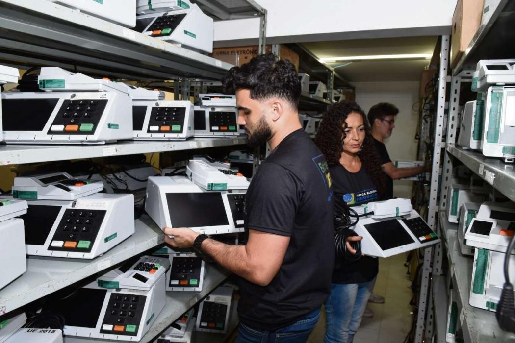 Funcionários de cartório eleitoral em Vila Velha conferem as urnas eletrônicas que serão usadas nas eleições. Crédito: Carlos Alberto Silva