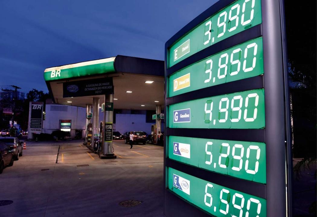 Placa de combustíveis em posto na Reta da Penha. Crédito: Fernando Madeira