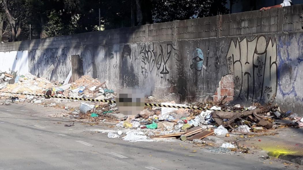 Corpo carbonizado foi encontrado em meio ao lixo e entulho em calçada próxima à Avenida Leitão da Silva. Crédito: Fernando Estevão/ TV Gazeta