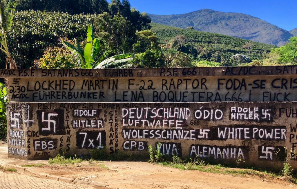 O muro, com inscrições nazistas, fica em Pedra Menina, localidade de acesso ao Parque Nacional do Caparaó. Crédito: José Luís Gobbi