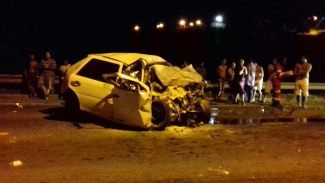 Carro ficou destruído após acidente na BR 101 em Conceição da Barra. Crédito: Internauta