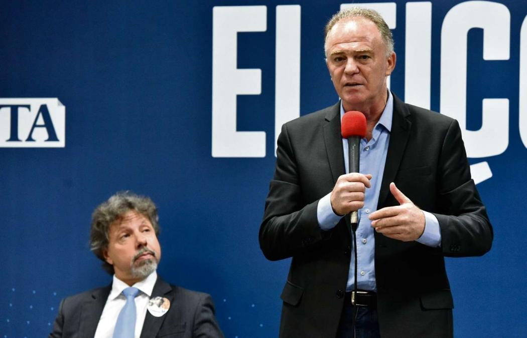 Aridelmo olha de forma irônica para Casagrande durante o debate na Rede Gazeta. Crédito: Fernando Madeira