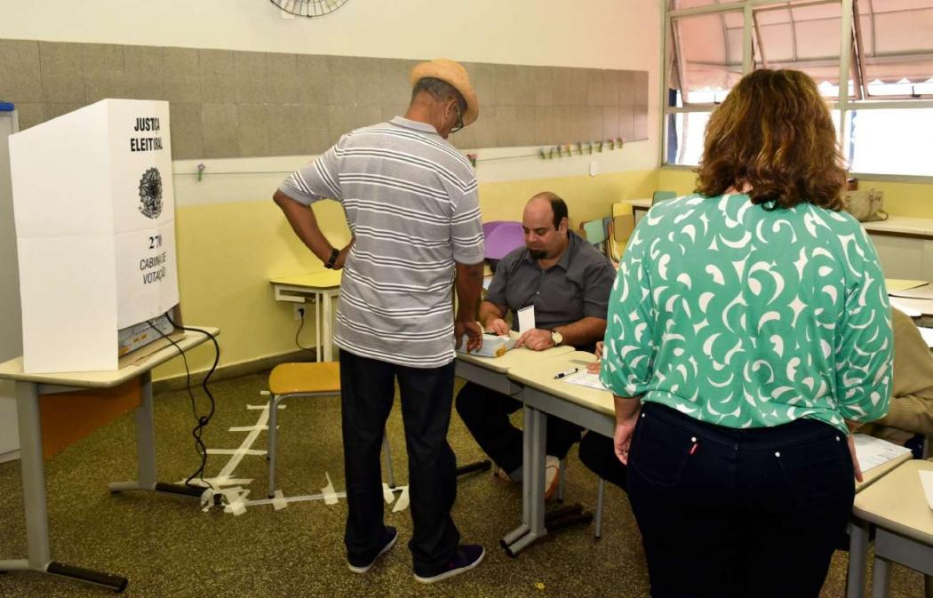 Eleitor aguarda para votar nas eleições de 2016. Local de votação pode ter sido alterado após a biometria. Crédito: Fernando Madeira