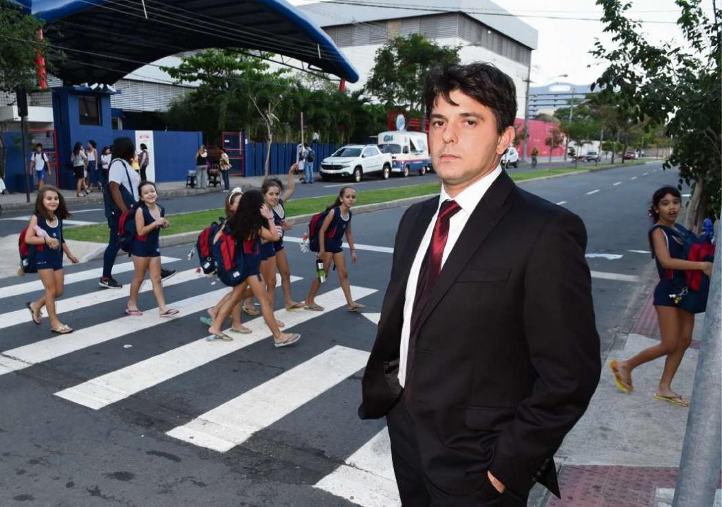 Pai de aluna, Marcus Vinicius Costa diz que há perigo de atropelamento para as crianças.  Carlos Alberto Silva. Crédito: Carlos Alberto Silva