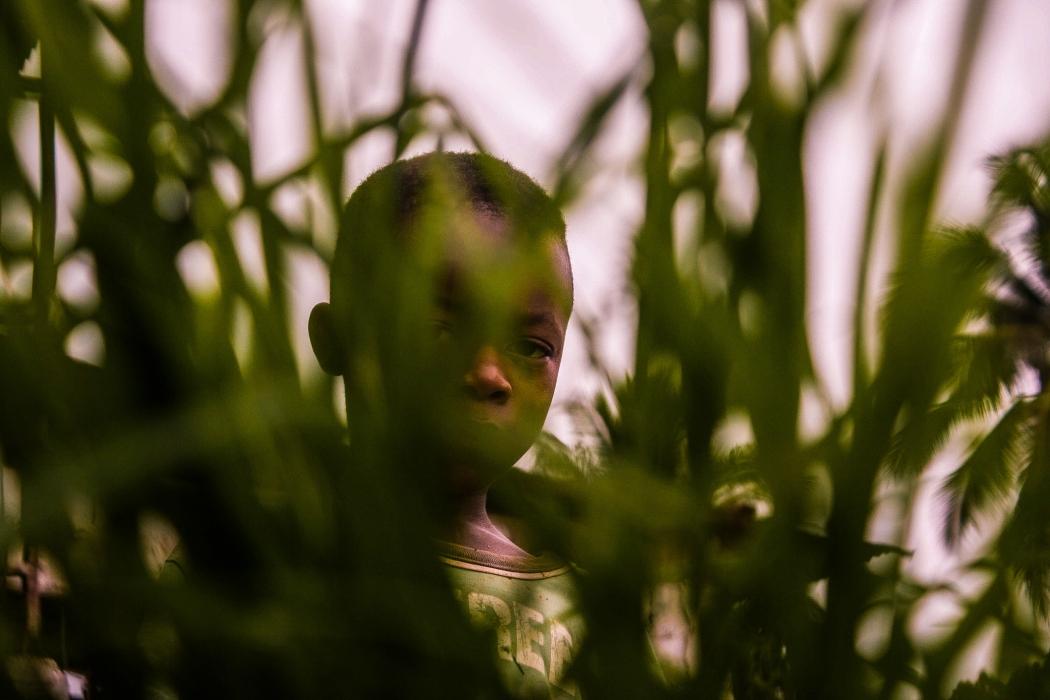 """""""O que mais gosto nessa foto é o olhar misterioso desse menino, captado de forma espontânea. Assim como as outras, nenhuma foi posada"""", conta Gabriel. Crédito: Gabriel de Rezende"""