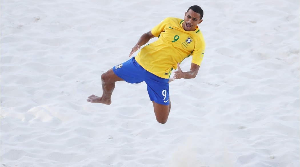 Rodrigo marcou três dos sete gols da seleção brasileira de futebol de areia. Crédito: Alex Grimm/FIFA
