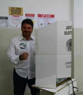 O candidato ao senado Marcos do Val (PPS) votou no Colégio Up, na Praia do Canto, por volta das 9h15 deste domingo (7). Ele estava acompanhado de sua equipe e apoiadores, e destacou a dificuldade durante a campanha por conta da falta de recursos financeiros.