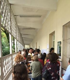 Muitas filas para votar na EEEFM Irmã Maria Horta