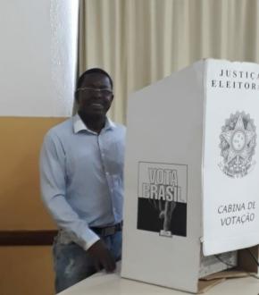 O candidato ao senado Rogério Bernardo (PMB) votou nesta manhã em Guarapari