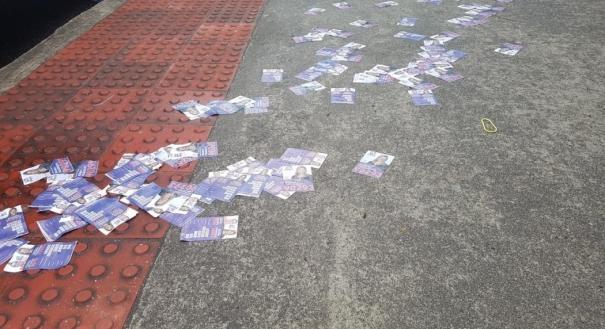 Na entrada da Escola Municipal Álvaro de Castro Mattos, em Jardim da Penha, santinhos de dois candidatos a deputado foram espalhados na calçada