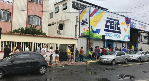 Eleitores fazem fila para votar em Itapoã, Vila Velha