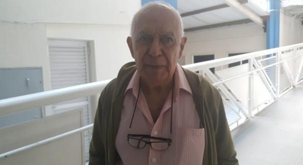 Aposentado de 90 anos acordou cedo para votar. Silas Rodrigues fez questão de acordar cedo, ler os jornais e ir votar. Ele nunca perdeu uma eleição e contou com a ajuda da neta que o acompanhou e fez uma cola com o número dos candidatos.