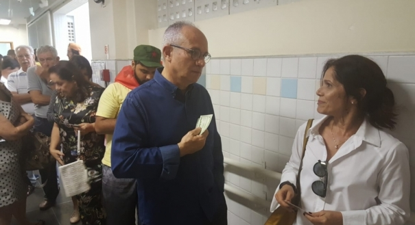 Paulo Hartung se prepara para votar na escola EMEF Álvaro de Castro Mattos, em Jardim da Penha