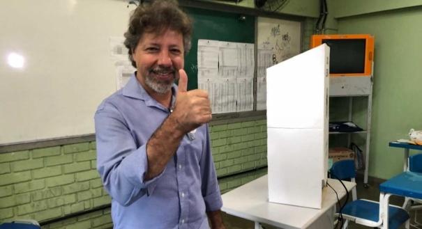 O candidato ao Governo Aridelmo Teixeira (PTB) votou às 9h da manhã deste domingo, na EEEM Desembargador Carlos Xavier Paes Barreto, na avenida Leitão da Silva, no bairro Santa Lúcia, em Vitória.