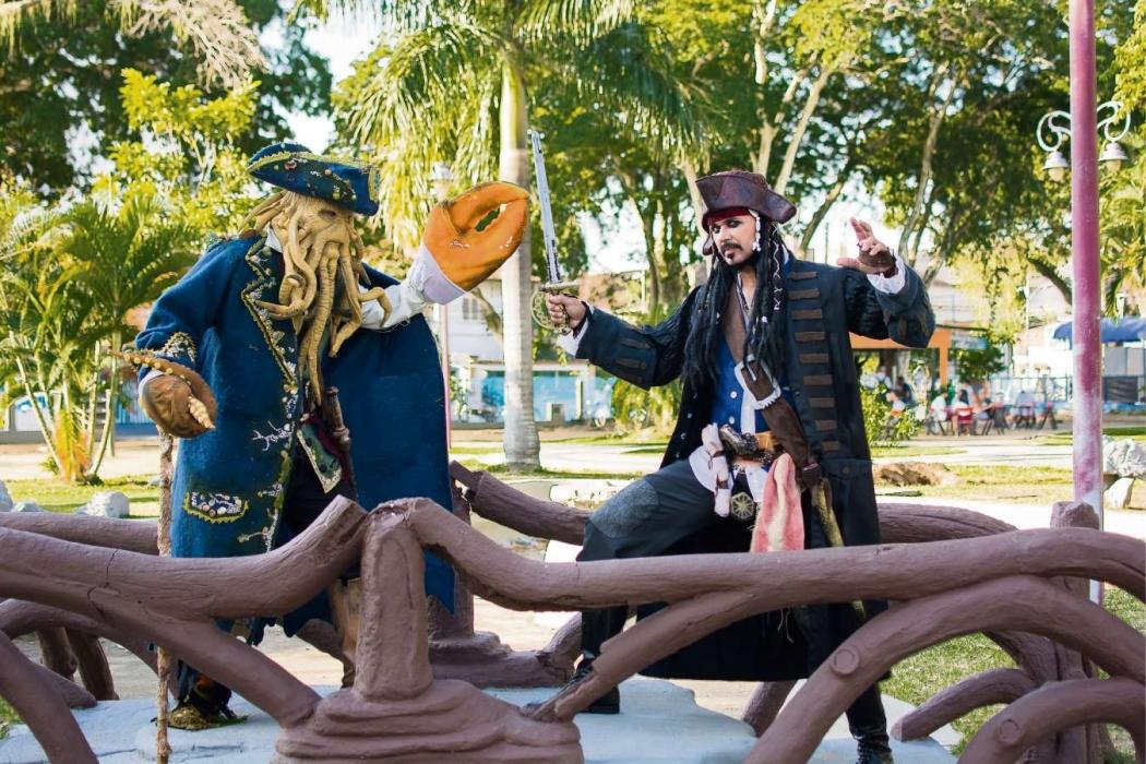 """Cosplays do filme """"Piratas do Caribe"""" em Guarapari. Crédito: Tia Lele/ Divulgação"""