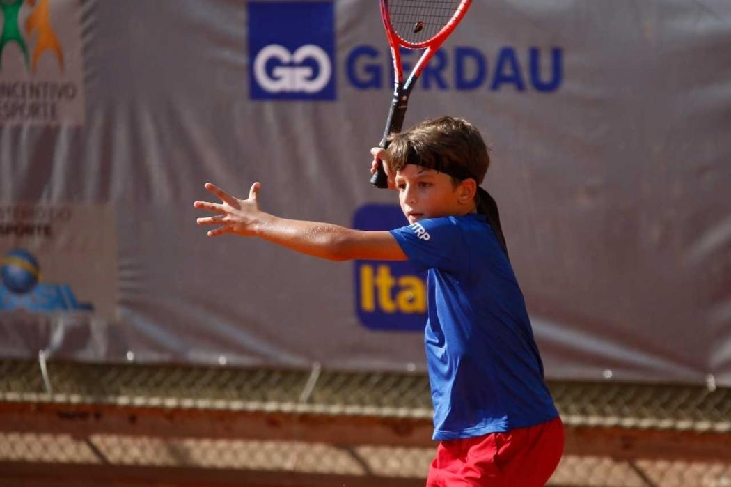 Rodrigo Moreira Filho, 10 anos, mostra muito talento com a raquete nas mãos. Crédito: Luiz Cândido/Divulgação