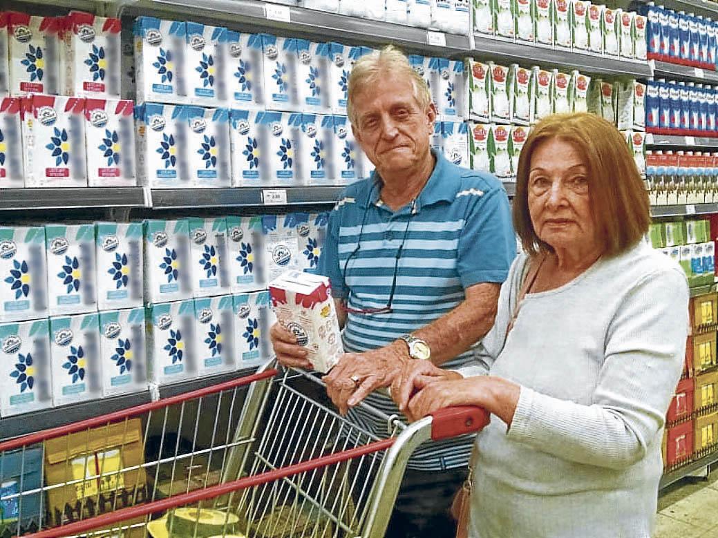 Casado há 47 anos com Carmen, Anaildo é quem faz as compras, e notou o aumento do pão, leite e derivados. Crédito: Júlia Afonso