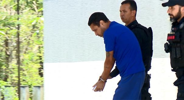Pastor George Alves saindo do fórum em Linhares. Crédito: TV Gazeta