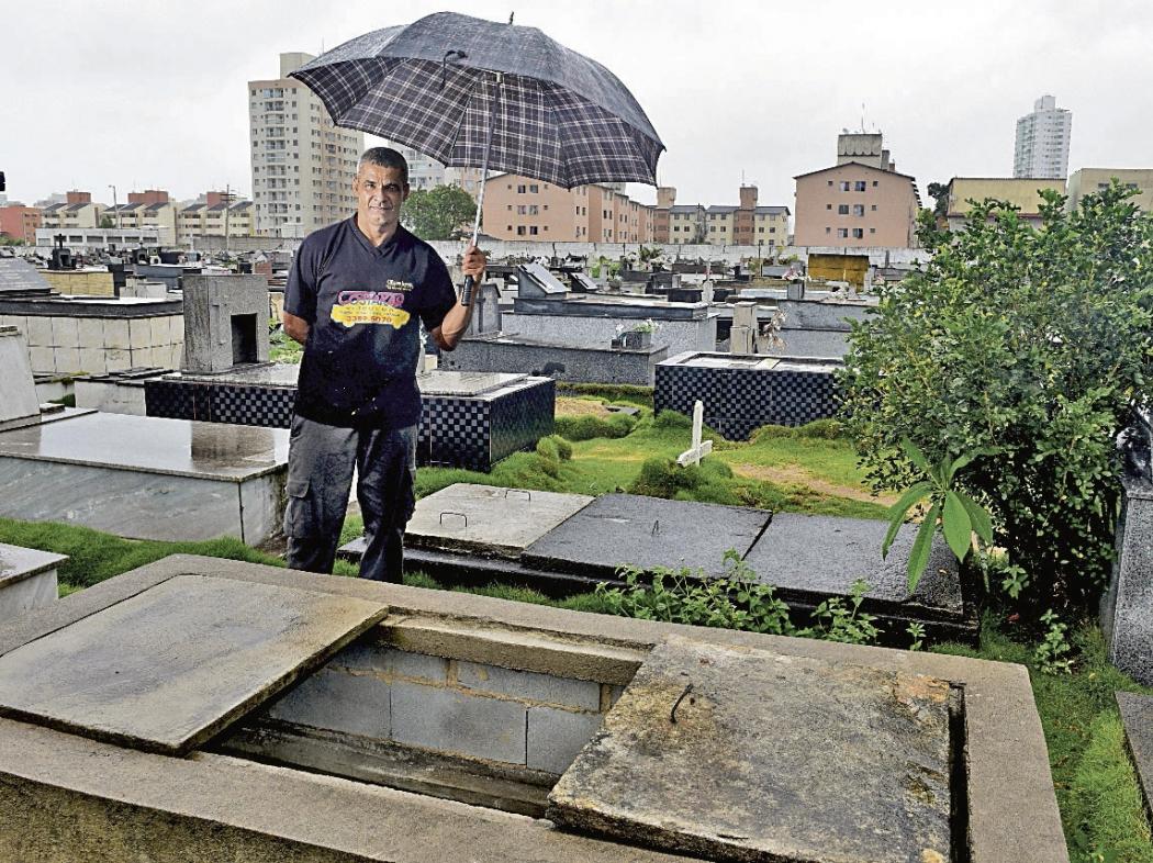 O mecânico Iomar Lopes Santana diz que o Cemitério de Santa Inês, em Vila Velha, sempre tem  túmulos em má situação. Crédito: Riicardo Medeiros