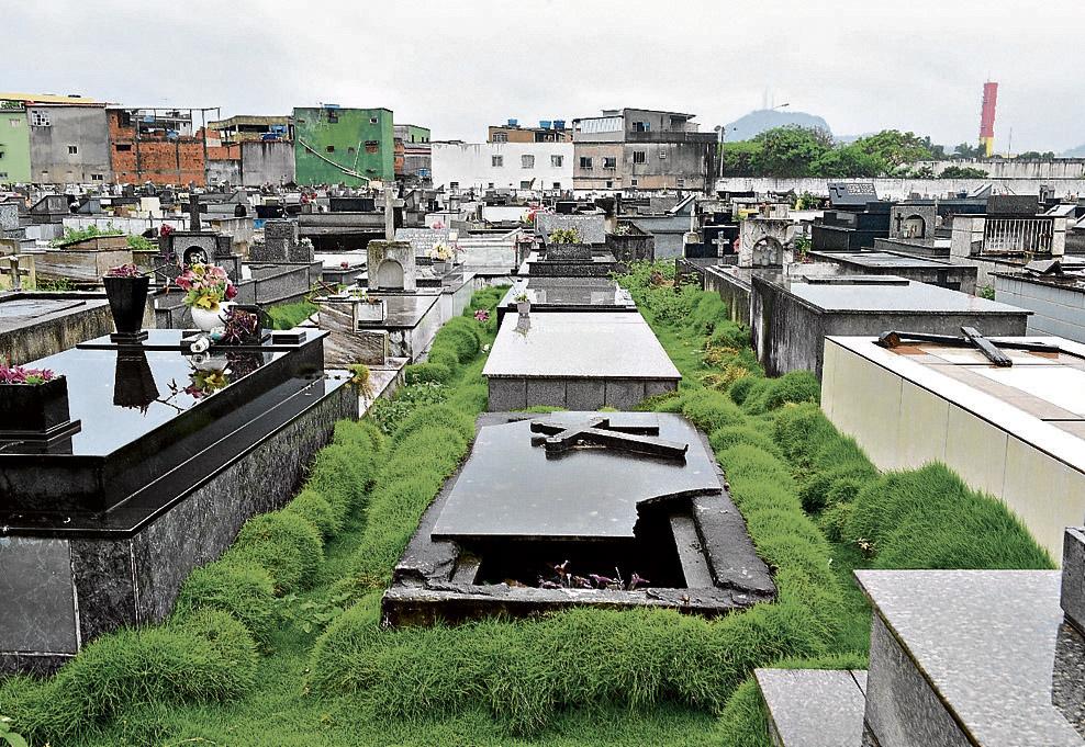 No Cemitério de Santa Inês, em Vila Velha, vários túmulos estão abertos ou com as tampas de pedra quebradas. A prefeitura promete fazer obras no local. Crédito: Ricardo Medeiros
