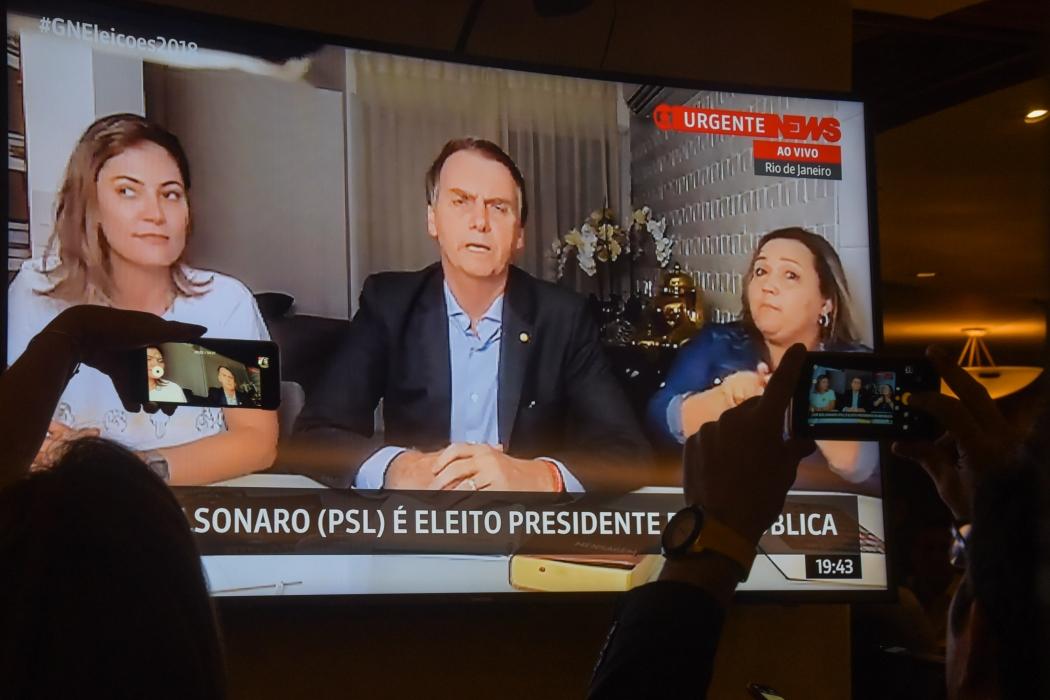 Eleitores assistem ao primeiro pronunciamento do presidente eleito, Jair Bolsonaro, em um hotel na Barra da Tijuca, no Rio, na noite deste domingo (28), após o resultado da eleição. Crédito: Marcelo Fonseca/Agência Estado