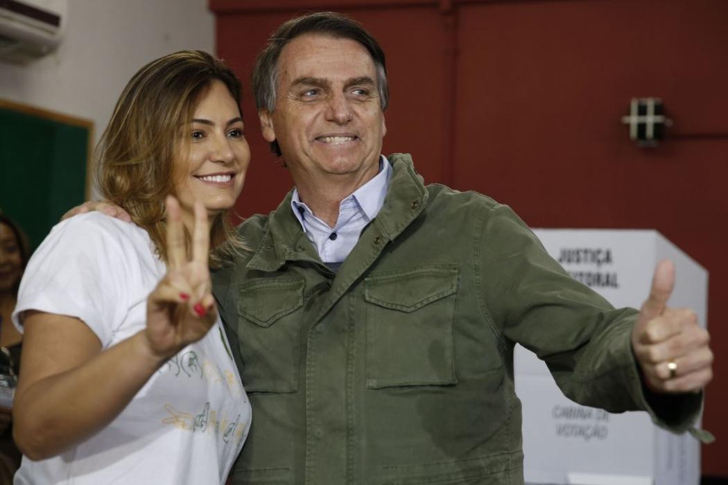 Acompanhado de agentes da PF e da mulher, Bolsonaro vota no Rio. Crédito: Tânia Regô/Agência Brasil
