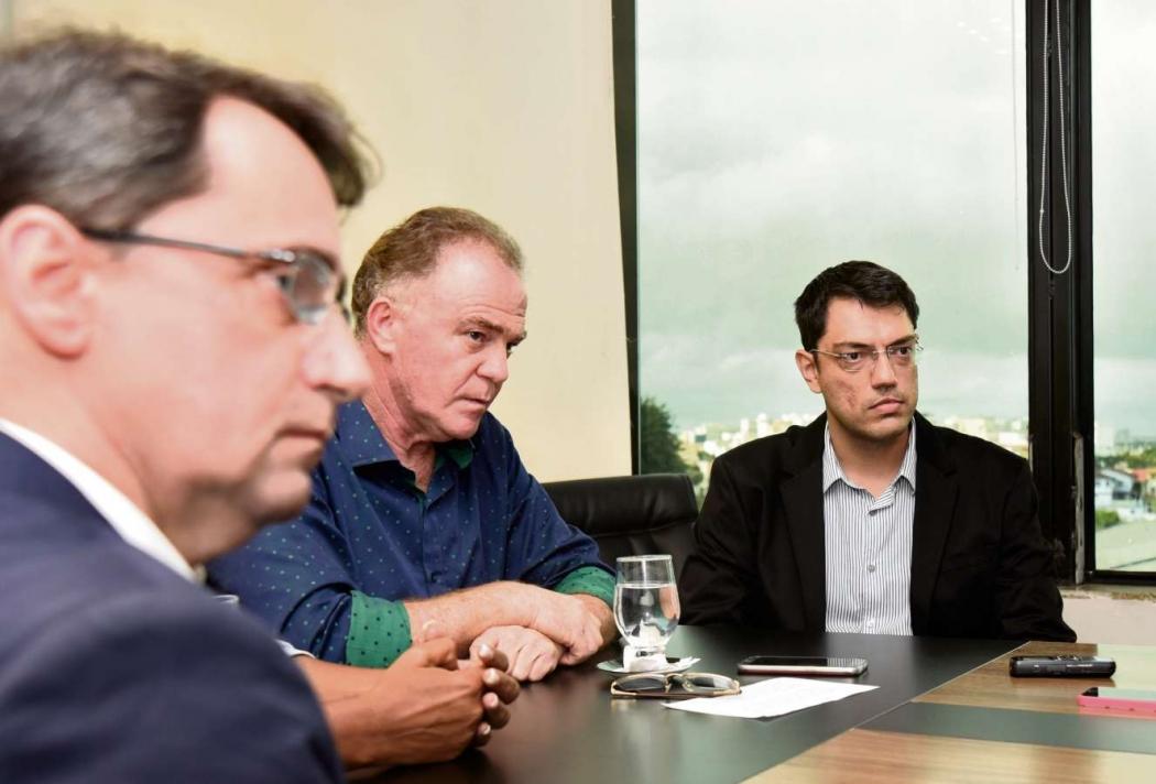 Renato Casagrande e dois secretários de seu futuro governo: Álvaro Duboc (Planejamento) e Rogelio Pegoretti (Fazenda). Crédito: Vitor Jubini