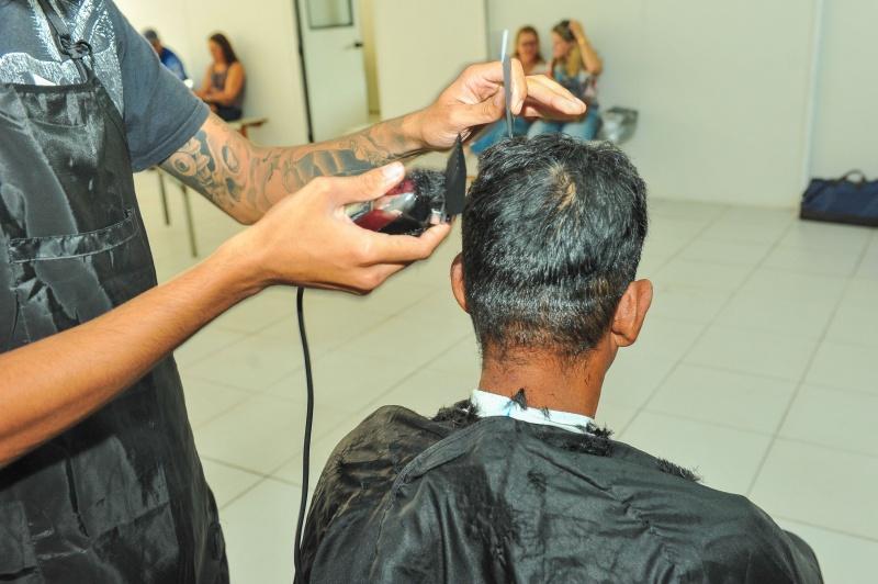 Curso de corte de cabelo é mais uma oportunidade de os alunos conquistarem um novo espaço no mercado de trabalho. Crédito: Leonardo Silveira / PMV