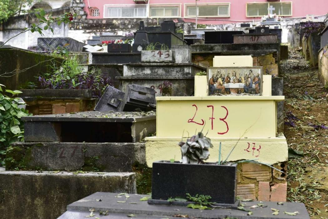 Já nos últimos setores  do Cemitério de Santo Antonio está a periferia, com sepulturas mais simples e nem sempre tão bem conservadas pelas famílias. Crédito: Marcelo Prest