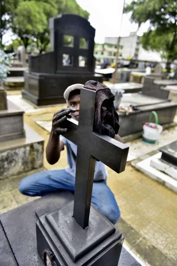 Jones Souza, limpador dos túmulos mais caros. Crédito: Marcelo Prest