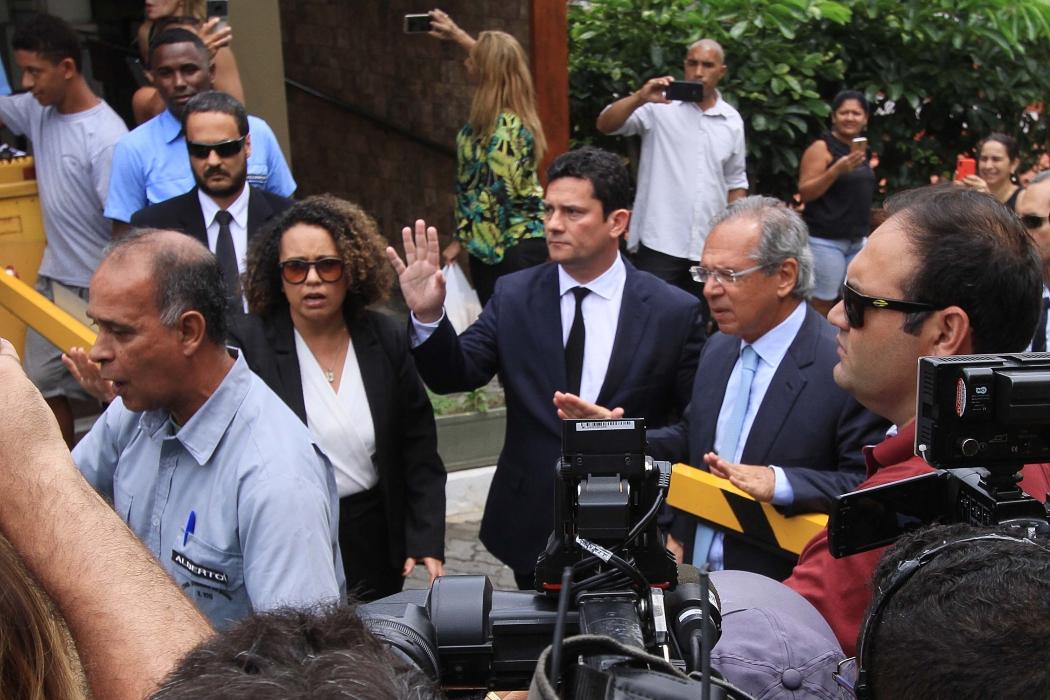 O juiz federal Sergio Moro, da 13ª Vara Federal de Curitiba, deixa a casa do presidente eleito Jair Bolsonaro (PSL) na Barra da Tijuca, Zona Oeste do Rio de Janeiro (RJ), após reunião na manhã desta quinta-feira (1). Crédito: JOSE LUCENA/FUTURA PRESS/ESTADÃO CONTEÚDO