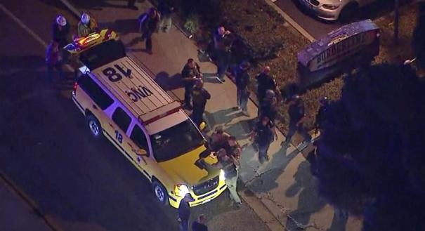 Vista aérea da região onde várias pessoas ficaram feridas depois que um homem abriu fogo na noite da quarta-feira, 07, em um bar no sul da Califórnia, nos Estados Unidos