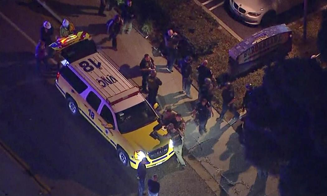 Vista aérea da região onde várias pessoas ficaram feridas depois que um homem abriu fogo na noite da quarta-feira, 07, em um bar no sul da Califórnia, nos Estados Unidos. Crédito: KABC TV/ASSOCIATED PRESS/ESTADÃO CONTEÚDO