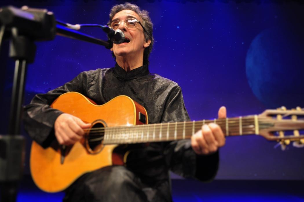 Músico Carlos Papel. Crédito: Fernanda Nali/Divulgação