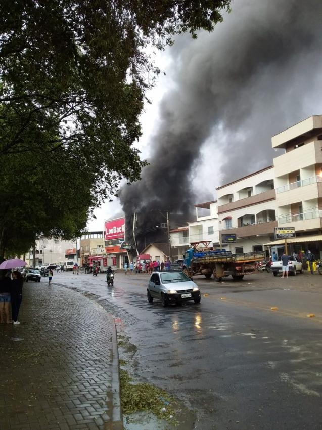 Incêndio em loja de pneus de Nova Venécia. Crédito: Internauta