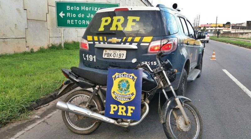 Durante a fiscalização, que tinha como foco o combate à criminalidade, a Polícia Rodoviária Federal (PRF) recuperou duas motocicletas na BR 101, em Cariacica, na noite desta quarta-feira (08). Crédito: Divulgação/Polícia Rodoviária Federal