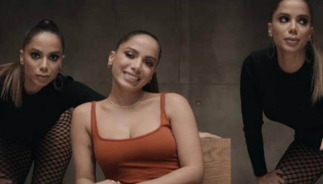 09/11/2018 - Anitta 'contracena' consigo mesma em cena de 'Não Perco Meu Tempo'. Crédito: YouTube / @Anitta