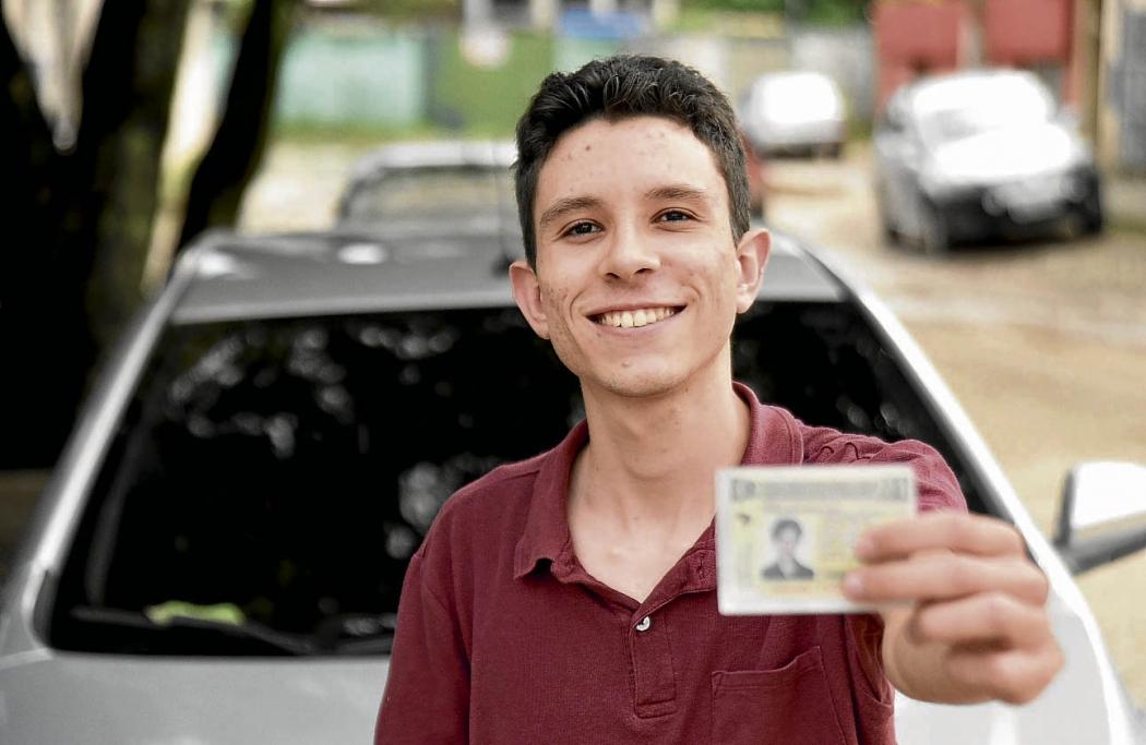 Thiago Silva, 19, tirou a permissão em 2017 e hoje trabalha como motorista de aplicativo para pagar a faculdade. Crédito: Vitor Jubini