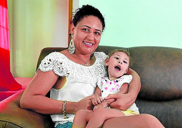 Rafaela e a filha, Valentina, 2, que tem a síndrome. Crédito: Marcelo Prest